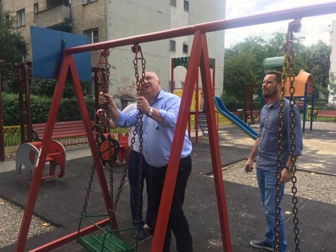 """Viceprimarul Ganea a """"testat"""" leaganele din parcurile din Ploiesti. Edilul a cerut SGU sa repare urgent elementele defecte"""