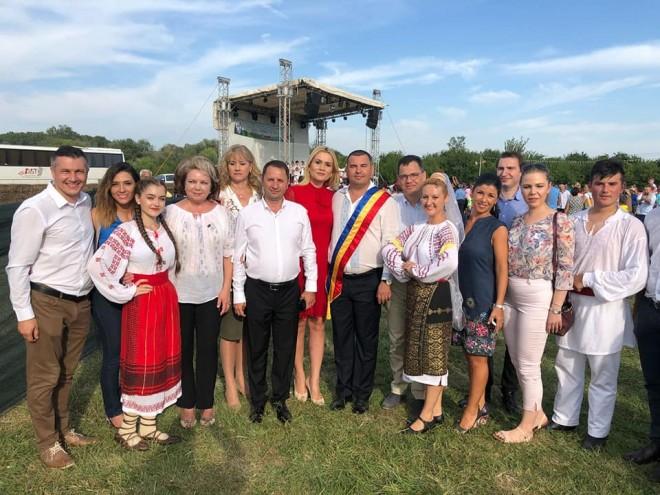 """Ziua Prieteniei"" - Ziua comunei Rîfov. Traditia cocosului campion se pastreaza!"