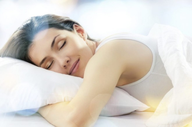 Dormi cu faţa pe pernă? Motivele pentru care trebuie să renunţi la acest obicei
