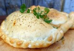 Mâncarea de post poate fi delicioasă. Reţeta de plăcintă cu ceapă, care seamănă cu pizza calzone