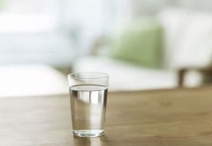 Medicii avertizează: De ce nu e bine să bei apa lăsată în pahar peste noapte