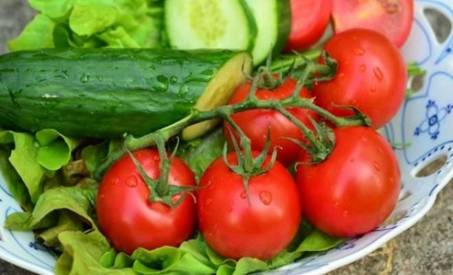 Motivul pentru care nu este bine să mânânci salată de roşii cu castraveţi.