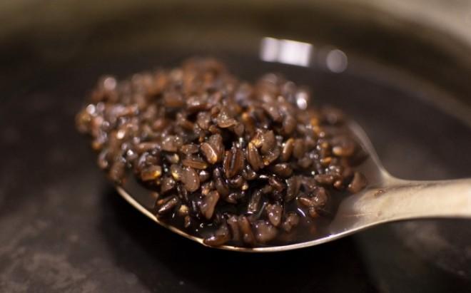 Un tip de orez mai puțin cunoscut îi contrariază pe români. Când îl fierbi apa se colorează în violet