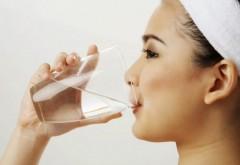 Prin ce transformări trece corpul dacă bei DOAR apă timp de o lună: Beneficiile de care te poți bucura