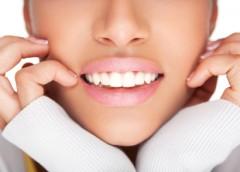 Cum să-ţi albeşti dinţii natural, cu ajutorul fructelor