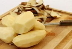 VIDEO GENIAL: Cum să cureţi cartofii în mai puţin de cinci secunde, cu mâinile goale!