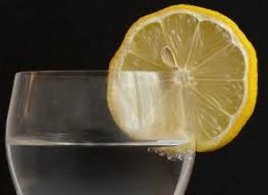 De ce lămâia pusă pe pahar îți pune sănătatea în pericol! Nu te-ai fi gândit niciodată la ce te expui!