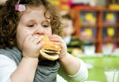 Peste un sfert dintre copiii romani sunt obezi. Greselile pe care le fac parintii si ce efecte grave pot avea