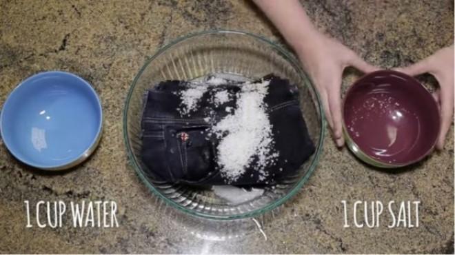 De ce trebuie să folosești sare când speli blugii? Trucul care te ajută
