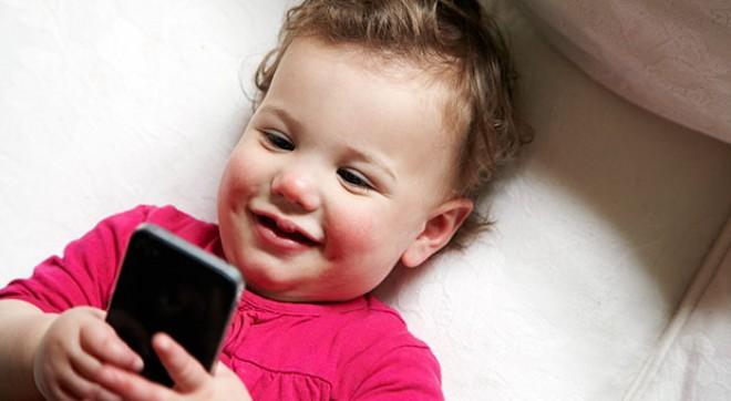 Cât de nocive sunt ecranele tactile asupra copiilor mici. Cum le afectează somnul. STUDIU