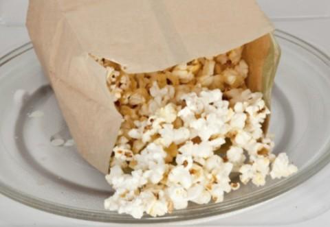 Semnal de alarmă al specialiştilor: Popcornul la microunde, extrem de periculos