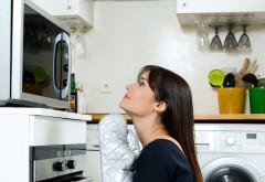 Ce alimente nu trebuie să încălzeşti în cuptorul cu microunde