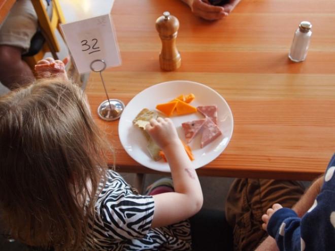 Alimentele interzise în meniurile grădinițelor. Care sunt cele mai nocive lucruri de care trebuie să ne ferim copiii