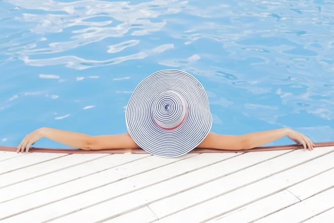 Dermatologii avertizează: Tenul îmbătrânește mai repede dacă faci baie în piscină