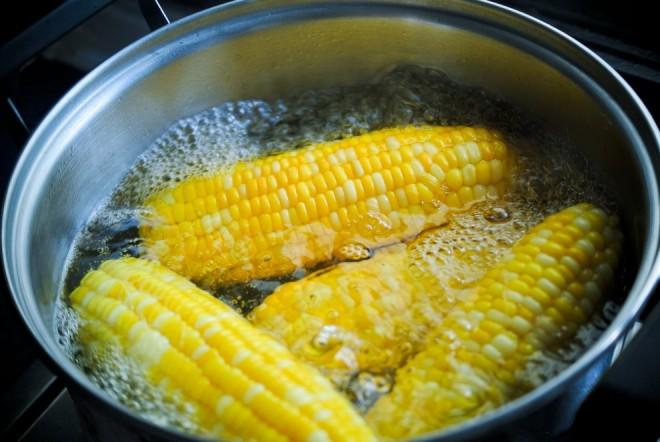 Cum sa prepari cel mai bun porumb fiert, în șase pași simpli