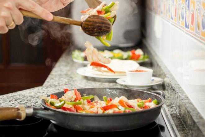 Fierbi, prăjești sau faci la cuptor? Cum trebuie gătite alimentele pentru a nu-și pierde nutrienții
