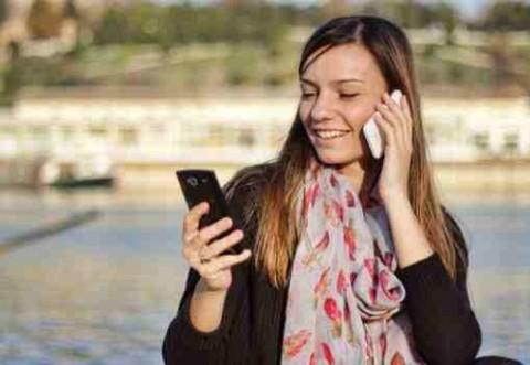 Telefonul mobil îţi îmbătrâneşte pielea? Află cât e adevăr şi cât e mit!