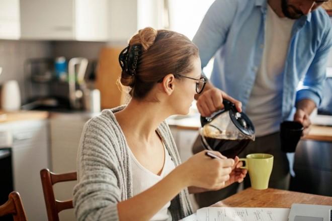 Un cunoscut medic spulberă miturile: De ce NU e bine să mâncăm micul dejun şi când ar trebui băută cafeaua