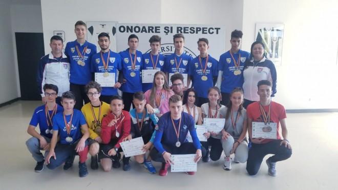 Băieți și fete cu medalii la ștafete