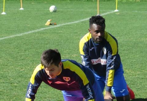 """Un micuț camerunez se antrenează alături de """"lupi"""""""