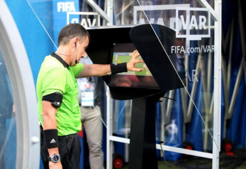 UEFA va permite arbitrajul VAR din toamnă