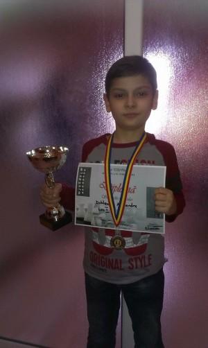 Alex se învață de mic cu trofeele!