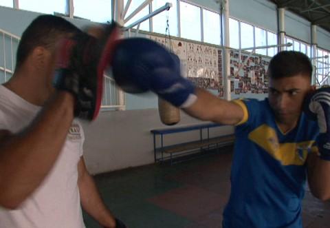 Un fotbalist talentat și la box în pregătiri cu Petrolul