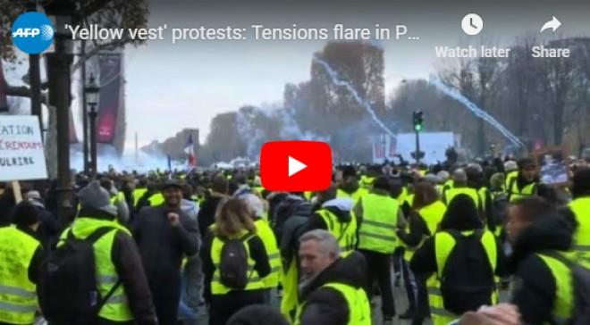 HAOS TOTAL Jandarmii ripostează cu GAZE LACRIMOGENE, lângă Arcul de Triumf, după ce au fost atacați: Imagini ȘOCANTE din Paris - LIVE VIDEO