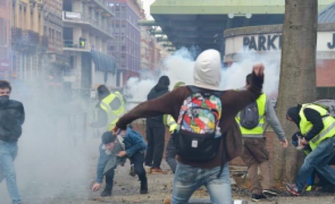 ALERTĂ în Franța: protestarii FORȚEAZĂ intrarea în Palatul Elysee, sediul președinției franceze (VIDEO LIVE)
