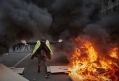 Vestele galbene au vandalizat din nou Parisul - Poliția a făcut 121 de arestări