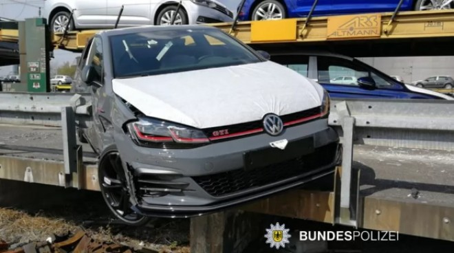 Jaf in stil Fast and Furious: hotii au furat un Golf GTI din trenul care-l transporta la destinatie
