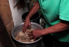 Tulburător! Carne culeasă de la groapa de gunoi, regătită și vândută săracilor