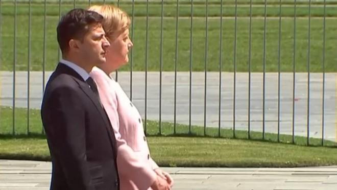 Imagini șocante cu Angela Merkel. I s-a făcut rău în timpul unei ceremonii oficiale si a tremurat ca varga!