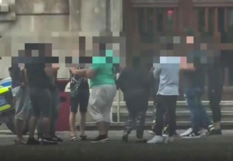 Tinerii s-au filmat în timp ce făceau pe rând amor cu o femeie în parc. Detalii înfiorătoare au ieșit la iveală, în timpul investigației. Anchetatorii au rămas fără cuvinte când au aflat cine erau