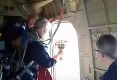 """Un preot a aruncat apă sfințită din elicopter peste locuitori. Vrea să-i vindece de """"beție și desfrâu"""" - VIDEO"""