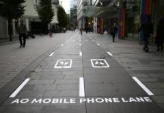 Pe un trotuar din Marea Britanie au fost instalate piste speciale pentru dependenții de telefon mobil, care merg pe stradă cu ochii în ecran