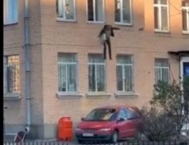 VIDEO Evadare în stil rusesc: A sărit de la etaj, din secția de poliție, cu tot cu caloriferul de care era încătușat