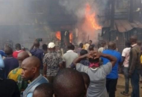 Un preot a confundat MIRUL cu BENZINA și a provocat o tragedie de proporții în Nigeria (VIDEO)
