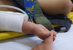 Un bebeluș rămas orfan strânge mâna paramedicului care l-a salvat din accidentul în care și-a pierdut părinții