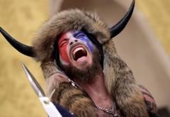 Cine este bărbatul cu căciulă de blană și coarne, care a devenit imaginea atacului de la Capitoliu