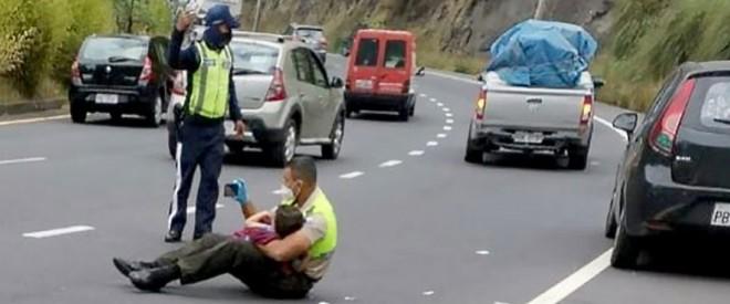 La noi tot asa e? Ofiţerul de poliţie îl consolează pe băiatul de 4 ani după un accident de maşină, îmbrăţişându-l