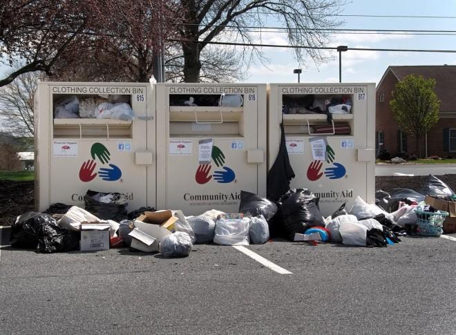 Femeie găsită moartă într-un container pentru donaţii, după ce a rămas blocată înăuntru