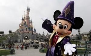 SCANDALOS Disneyland Paris a împiedicat o mamă să alăpteze în public