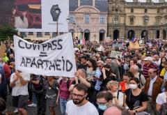 Peste 100.000 de francezi au protestat împotriva vaccinării și certificatelor Covid. Compara COVID pass cu Apartheidul