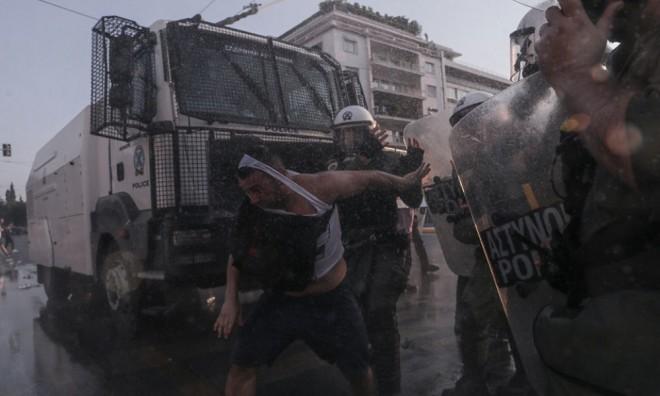 Grecia și Franța: Revolte violente contra vaccinării obligatorii