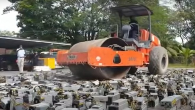 Poliția din Malaezia a distrus cu un compactor computere de 1,26 milioane de dolari care minau criptomonede