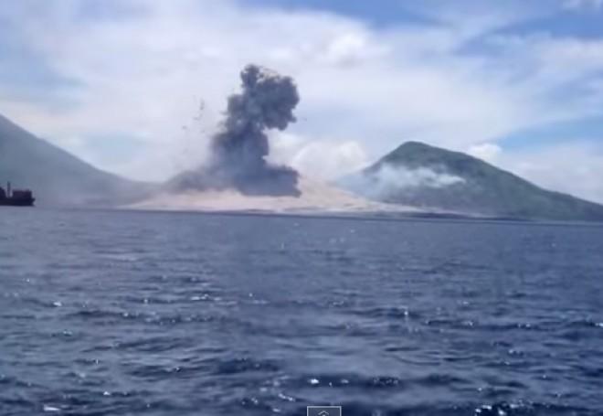 Imagini INCREDIBILE. Un turist a surprins erupţia vulcanului Tavurvur VIDEO