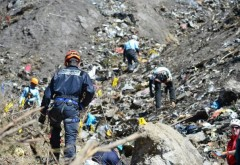 Aerul tragic al morții! Au fost făcute publice primele imagini de la sol cu RĂMĂȘIȚELE avionului prăbușit în Munții Alpi