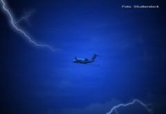 Momentul in care un avion cu pasageri este lovit de fulger, la scurt timp dupa decolare. Descoperirea facuta la aterizare