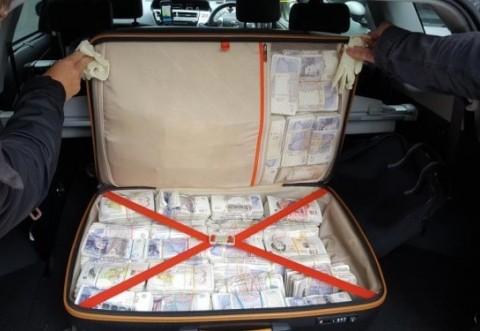 Valiza cu aproape 1 milion de lire sterline gasita pe bancheta din spate a unui taxi, in Londra. Cui ii apartineau banii